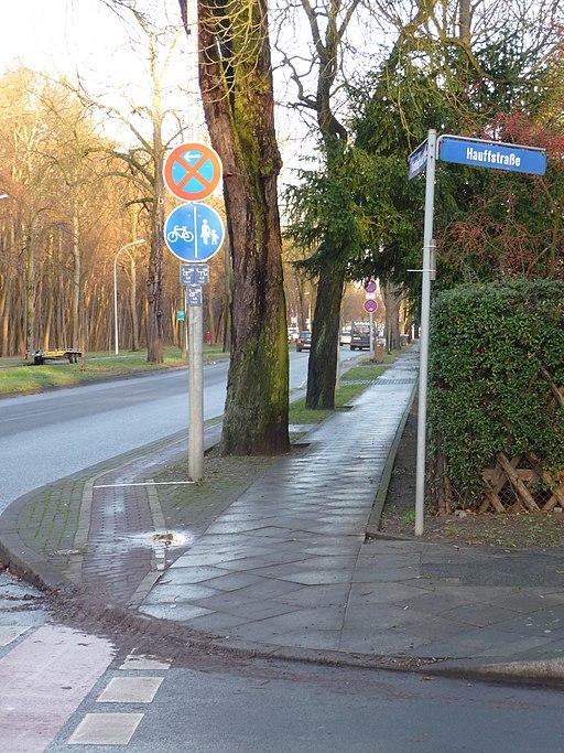 Lichterfelder Allee Südseite, Radweg an Einmündung Hauffstraße - panoramio