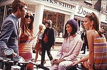 Carnaby Street nella seconda metà degli anni sessanta, uno dei luoghi simbolo della Swinging London.