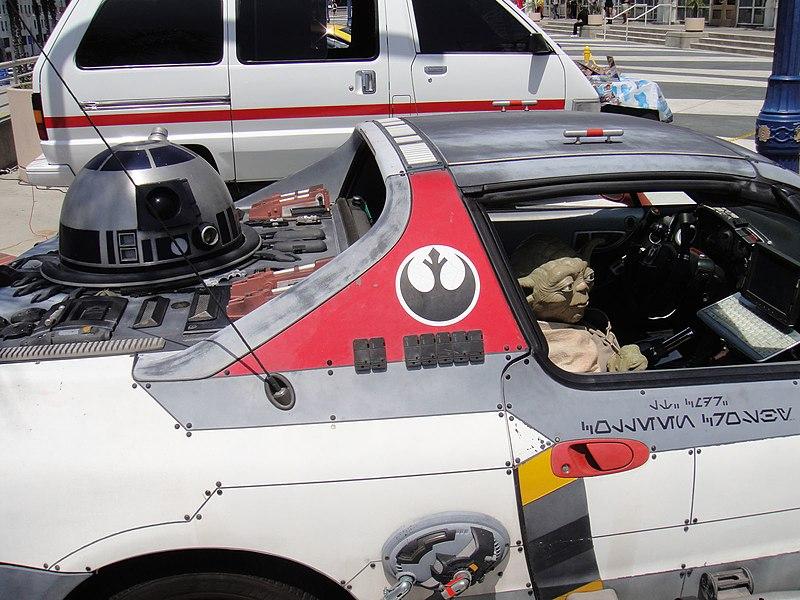 Nice-ToulouseA/R, mon dernier grand trajet avant de rendre la Zoé - Page 3 800px-Long_Beach_Comic_Expo_2011_-_Obi_Shawn%27s_H-Wing_Fighter_car_%285648076701%29