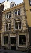 foto van Huis met lijstgevel in de trant der zgn. Maaslandse renaissance. Gevelsteen met zwaan IN DEN AOUDEN SWAEN.