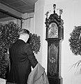 Man staand voor een klok, Bestanddeelnr 255-8557.jpg