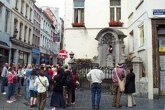 Manneken Pis - The surroundings of the Manneken Pis give an idea of its size.