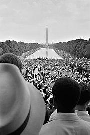 La multitud abarrota los alrededores de la Reflecting Pool en una marcha en favor de los derechos y libertades en 1963