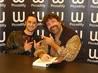 Mick Foley pose avec un fan.jpg