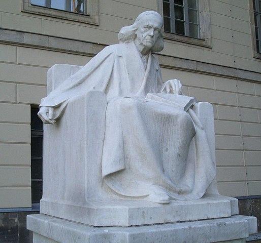 Памятник Теодору Моммзену работы Адольфа Брютта во дворе Берлинского университета