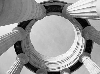 Monumento ai Caduti Ancona colonne in alto.jpg