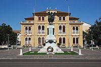 Monumento ai caduti e municipio di Mogliano Veneto.jpg