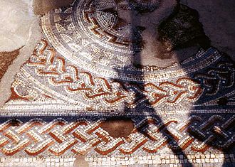 Небольшая часть Большого тротуара, римская мозаика, заложенная в 325 г. н. э. в Вудчестере[en], Глостершир, Англия