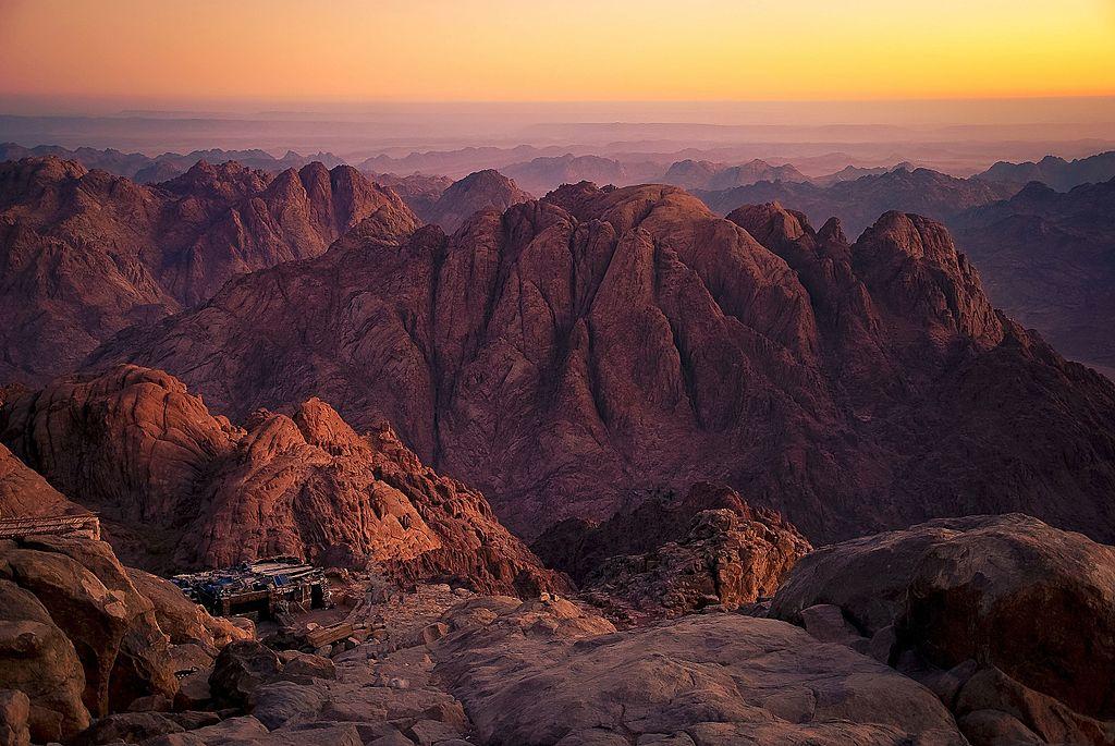 Monte Sinaí, o Monte Horeb, una montaña situada en la península del Sinaí, al nordeste de Egipto. Se trata del lugar donde, según el Antiguo Testamento, Dios entregó a Moisés los Diez Mandamientos.