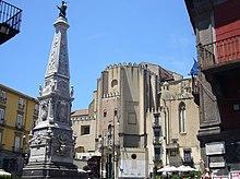 Неаполь - площадь San Domenico Maggiore е guglia.jpg