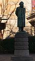 Nationaltheatret. statue Henrik Ibsen.jpg