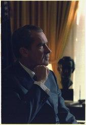 Photographie de profil de Nixon à l'air pensif
