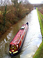 Ein Narrowboat auf dem Oxford-Kanal bei Brinklow in Warwickshire