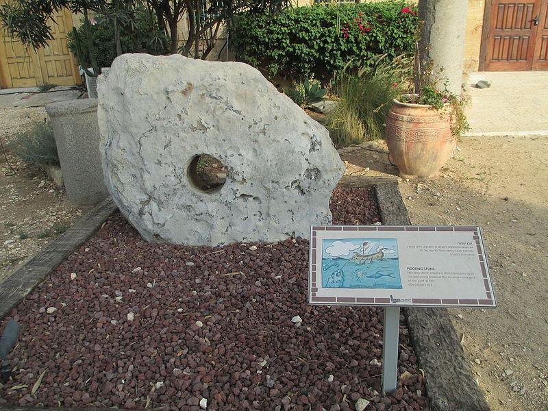 אבן עגינה בחצר מוזיאון המזגגה
