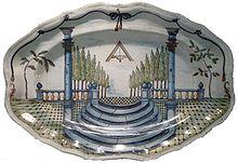 photo d' un plat en faïence décoré de symbole