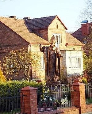 Tarnawa Górna, Podkarpackie Voivodeship - Image: Pomnik Jana Pawła II przy kościele parafialnym w Tarnawie Górnej