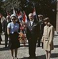 Prinses Margriet op bezoek in een plaats met feestelijkheden, rechts de burgemee, Bestanddeelnr 254-7670.jpg