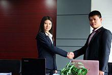 5178466bd9990 مُوظفة امرأة تعقد صفقة مع العميل، يوضح ذلك دور العولمة في إتاحة المزيد من  فرص العمل للمرأة في المناطق الحضرية في الصين.