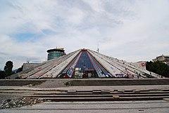 Piramido de Tirana.jpg