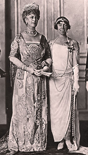 Evening glove - Queen Mary of the United Kingdom and Queen Elisabeth of Belgium wearing evening gloves at Belgian court.