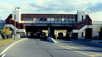 Queensway station (Ottawa) - Image: Queensway Transitway Station looking south