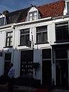 foto van Huis onder een hoog zadeldak met het nr 26