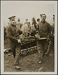 Removing one of the machine-guns from the wreckage of the Zeppelin brought down , Bestanddeelnr 158-2575.jpg