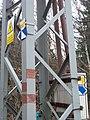 Rozcestí Šulíkova skála, značky na elektrickém sloupu.jpg
