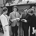 Rudi Carrell (links met echtgenote) en de heer HA Gomperts (rechts met echtgen, Bestanddeelnr 915-0730.jpg