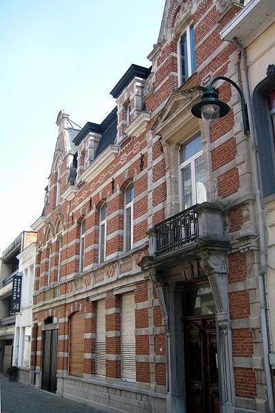 Deze twee burgerhuizen aan de Schoolstraat in Lokeren dateren uit 1913. De deur van het nr. 40 (rechts) heeft een arduinen omlijsting onder een zwaar balkon. In 1998 werden de panden beschermd als monument.