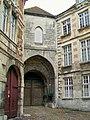 Senlis (60), château royal, porte fortifiée XIIIe s., façade extérieure vers la rue du Châtel, 17.09.2011 04.jpg