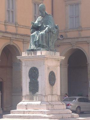 Tiburzio Vergelli - Pope Sixtus V, bronze statue by Tiburzio Vergelli, Piazza Cavour in Camerino