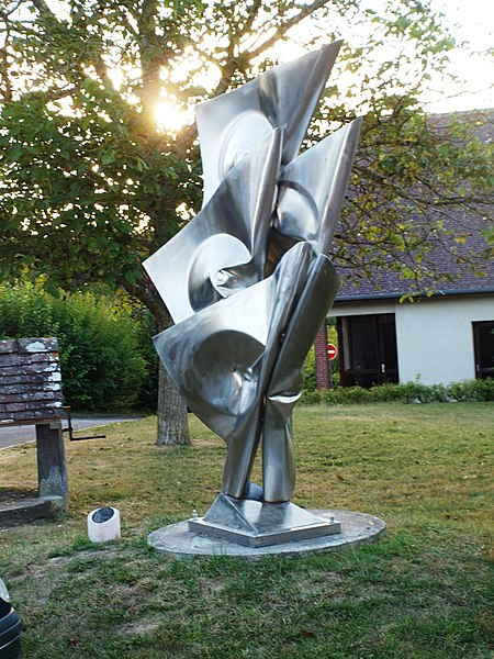Saint-Aubin-Château-Neuf (Yonne, France); statue moderne; Étendard flamboyant par Alain Vuillemet. Page de présentation: http://chemin-des-arts-de-saint-aubin.fr/WP/portfolio/etendard-flamboyant/. Située en bas de la ruelle du Curé.