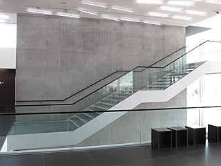 Stuttgart Kunstmuseum Foyer Treppe.jpg
