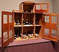 Svezia, casa di bambola a tre piani in stile empire, 1840-60 ca. (coll. giocattoli antichi di roma capitale) 01.jpg