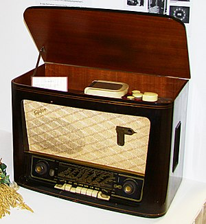 Tefifon - A combination Tefifon player and radio