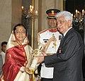 The President, Smt. Pratibha Devisingh Patil presenting the Padma Vibhushan Award to Shri Azim Premji, at an Investiture Ceremony II, at Rashtrapati Bhavan, in New Delhi on April 01, 2011.jpg