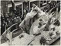 Toeschouwers bewonderen een van de praalwagens tijdens het bloemncorso. NL-HlmNHA 54011031.JPG