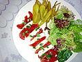 Tomates mozzarella, accompagnées de piments et d'une salade verte composée 02.jpg