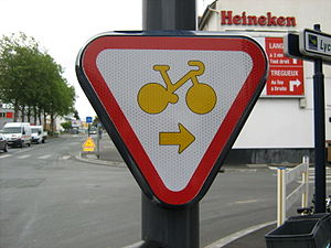 Turn on red - French sign indicating to cyclists that they may treat the red light as a yield if turning right.