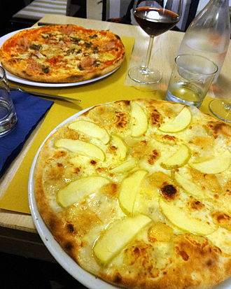 Gorgonzola - Pizza Trieste with Gorgonzola and apples