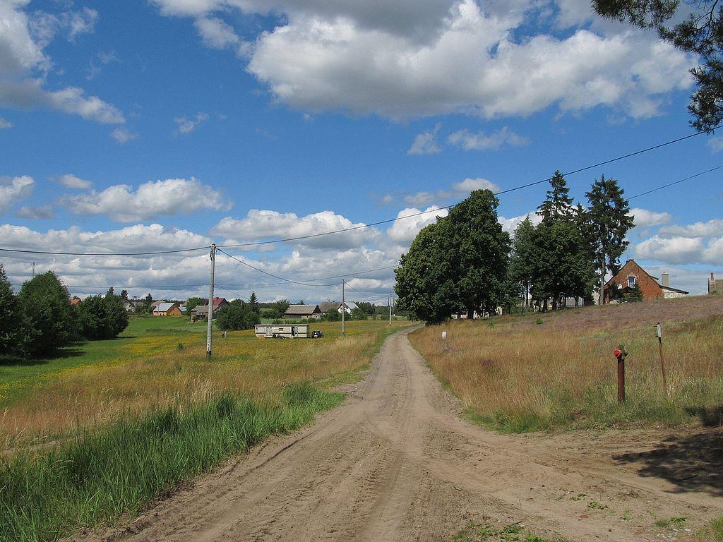 1024px-Ulica_Jeziorna_prowadz%C4%85ca_do_g%C5%82%C3%B3wnej_ulicy_-_Wiejskiej.JPG