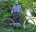 Valdo Praust ühega viimastest (1938) Teise maailmasõja eel Eestisse toodud Husqvarna jalgratastest, 2010.jpg