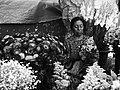 Vendedora de flores del Cementerio General en el Día de Muertos, Guatemala.jpg
