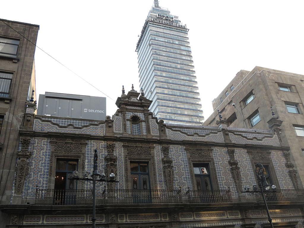 File vista de la casa de los azulejos con la torre for Edificio de los azulejos