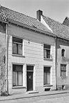 foto van Pand met verdieping, zadeldak, evenwijdig aan de straat en in de gepleisterde lijstgevel ankers
