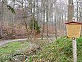 Waldweg und Wegstein im Lindental, Dieser Wegstein wurde 1933 vom Bildhauer Frizt von Grävenitz gestaltet. Er soll daran erinnern, dass Arbeitslose in der Zeit von 1931 bis 1933 mehrere Waldwege in dieser Umgebung mit - panoramio.jpg