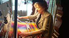 Файл: Ткачество демонстрируется на историческом ткацком станке в Лейдене.webm