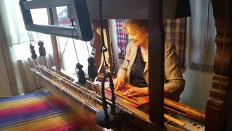 קובץ:Weaving demonstrated on a historic loom in Leiden.webm