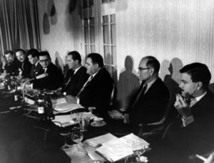 Zbigniew Brzezinski - The conference venue at the Hotel Regina during the second Wehrkunde-Begegnung in 1964. Pictured are, among others, Zbigniew Brzezinski (far left) as well as Ewald von Kleist and Franz-Josef Strauss (center).
